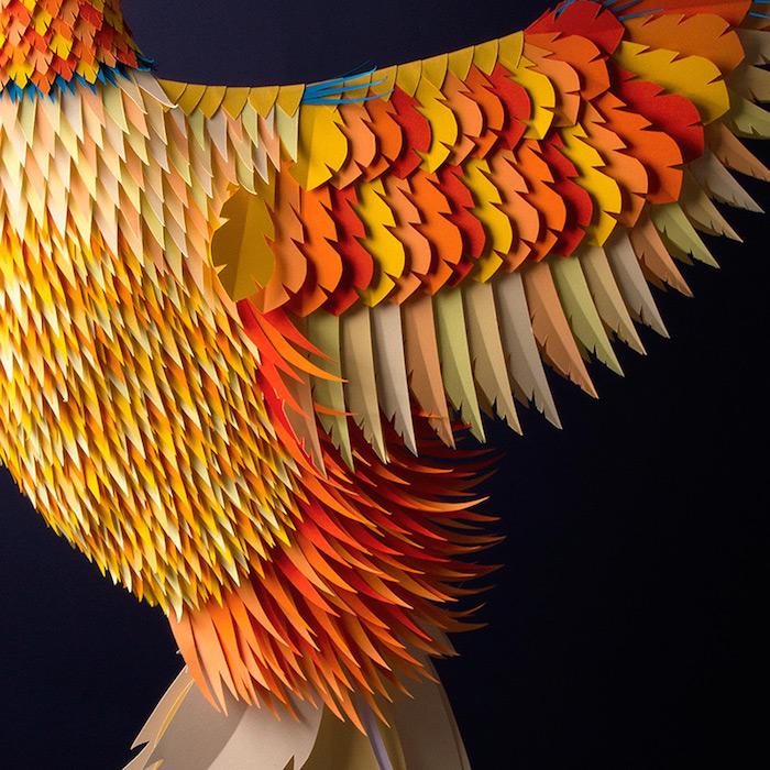 Скульптура необычной птицы из бумаги