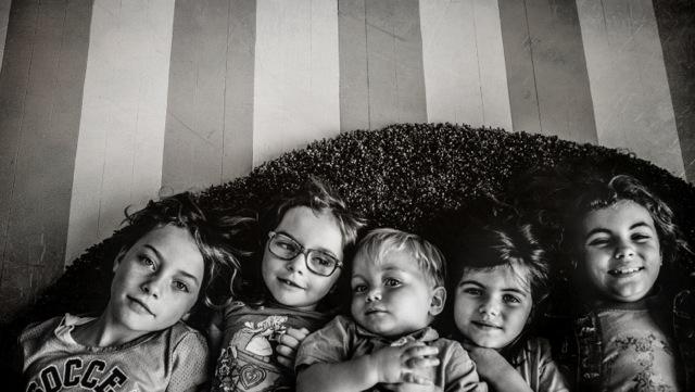 Мать фотографирует дочерей на протяжении всей жизни