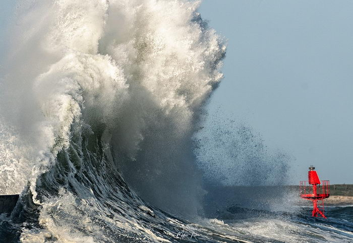 Шторма Бретани на снимках Mathieu Rivrin