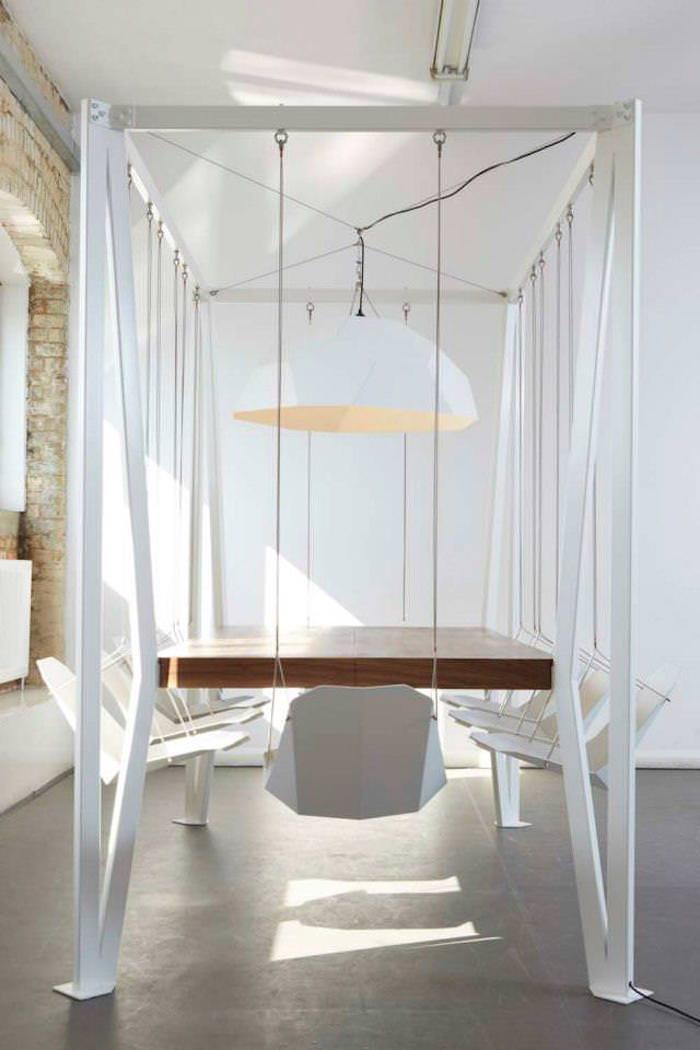 Стол с качелями вместо стульев