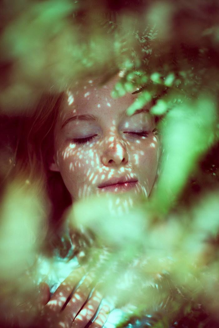 Девушки с закрытыми глазами в фотографиях Jonas Hafner