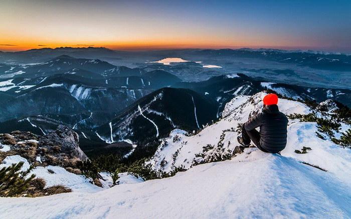 Парень каждый день уходит в горы на ночлег