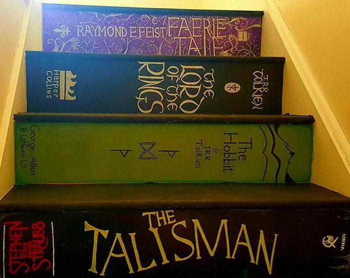 Раскрашенная в виде любимых книг лестница Pippa Branham