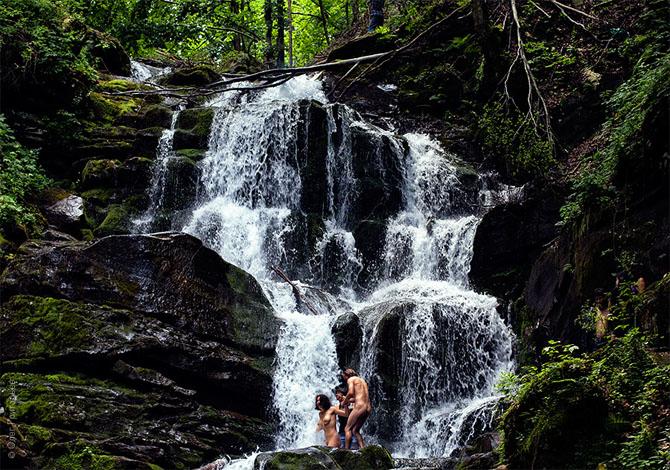 Местным обычаем является купание голышом в водопаде Шипот. . В