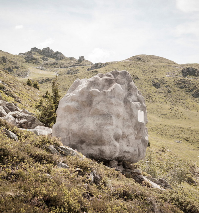 Небольшой домик в виде камня
