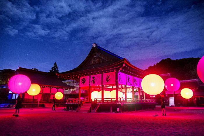 Невероятная иллюминация около храма в Японии