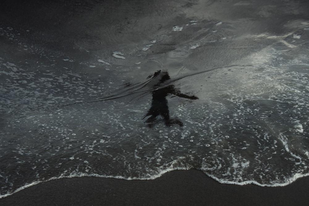 Отражения людей на пляже в фотографиях Htet T San
