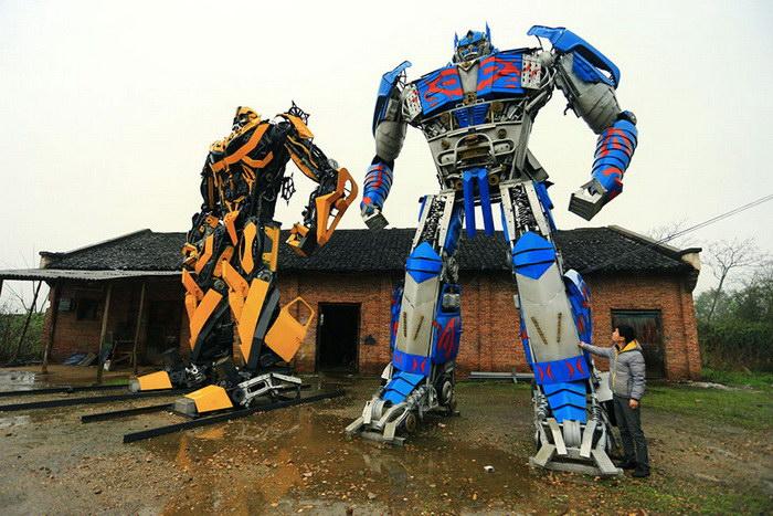 Отец и сын создают дорогих роботов из металлических деталей