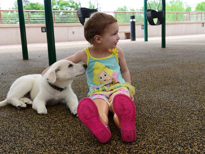 Девочке с ампутированными ногами подарили собачку с ампутированной лапой