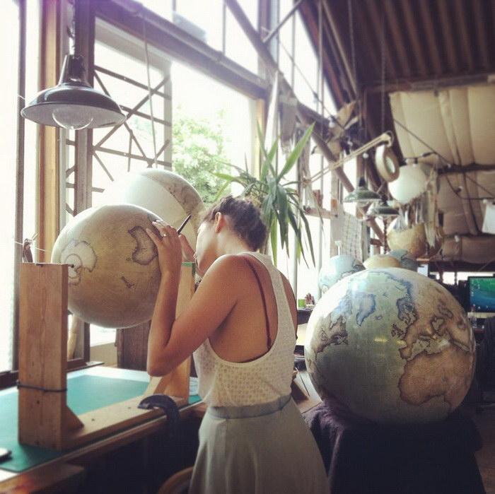 Компания, которая создает глобусы вручную
