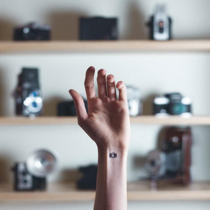 Маленькие татуировки на красивом фоне в проекте Austin Tott