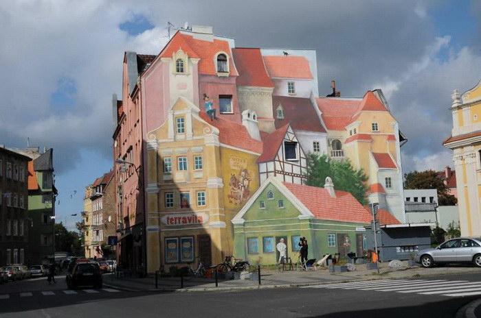 Объемный рисунок старого города на доме в Познани
