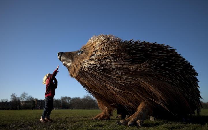 Скульптура гигантского ежа в Лондоне
