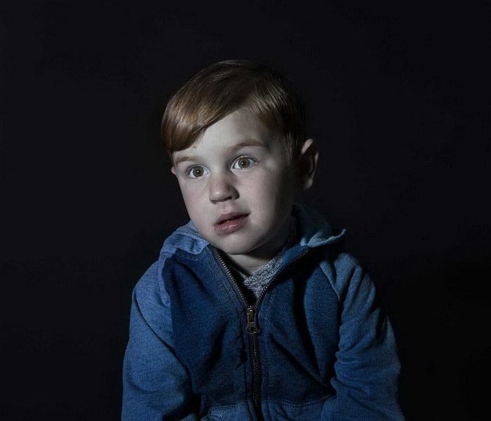 Дети, загипнотизированные просмотром телевизора