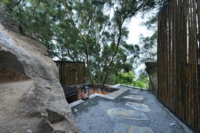 Отель со стенами-скалами в Китае
