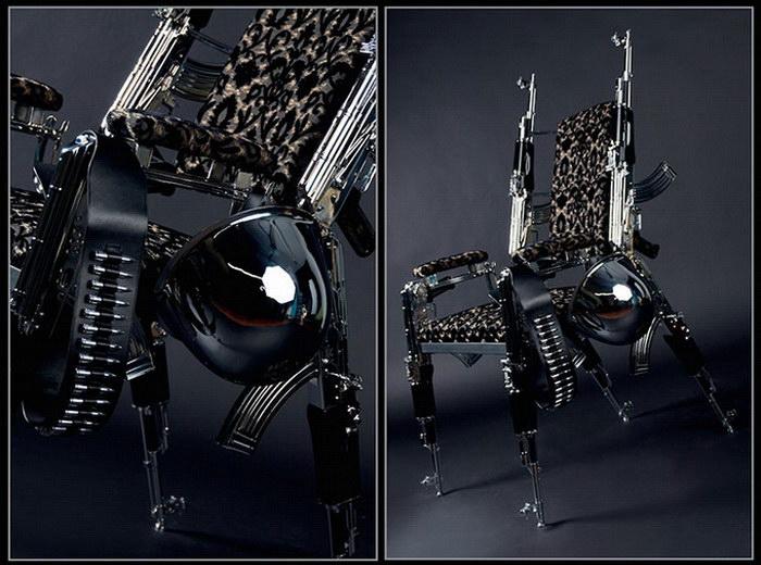 Необычное кресло из автоматов Калашникова