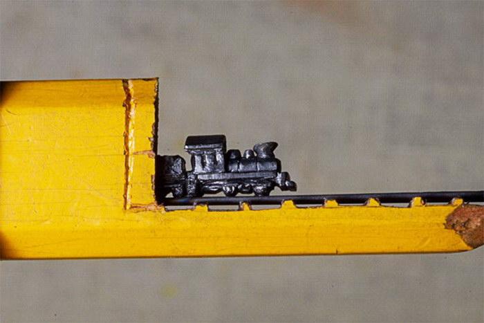 Скульптура из карандаша в виде поезда Cindy Chinn