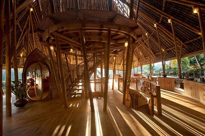 Женщина уволилась с должности директора, чтобы делать бамбуковые дома на Бали