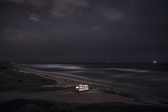 Ночное небо над фургоном: фото Alessandro Puccinelli