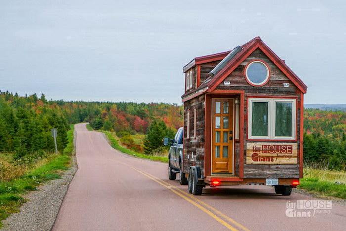 Молодая пара построила домик на колесах и поехала путешествовать