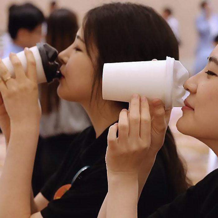 Стаканы для кофе, которые нужно «целовать»