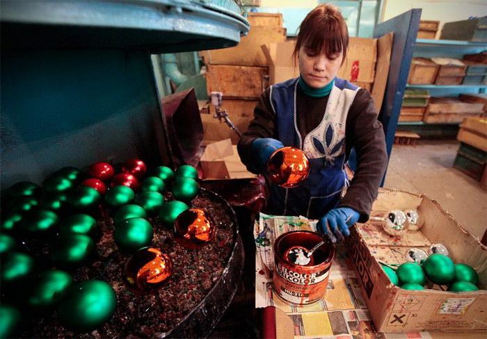 Как создаются елочные игрушки