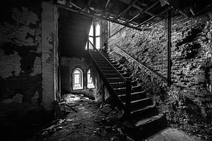 Заброшенные дома и обнаженные люди в снимках Brian Cattelle