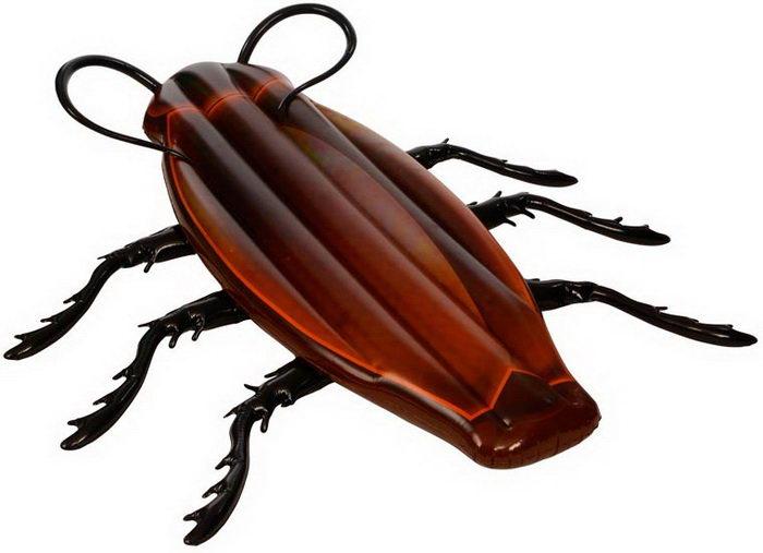 Надувной матрас в виде гигантского таракана