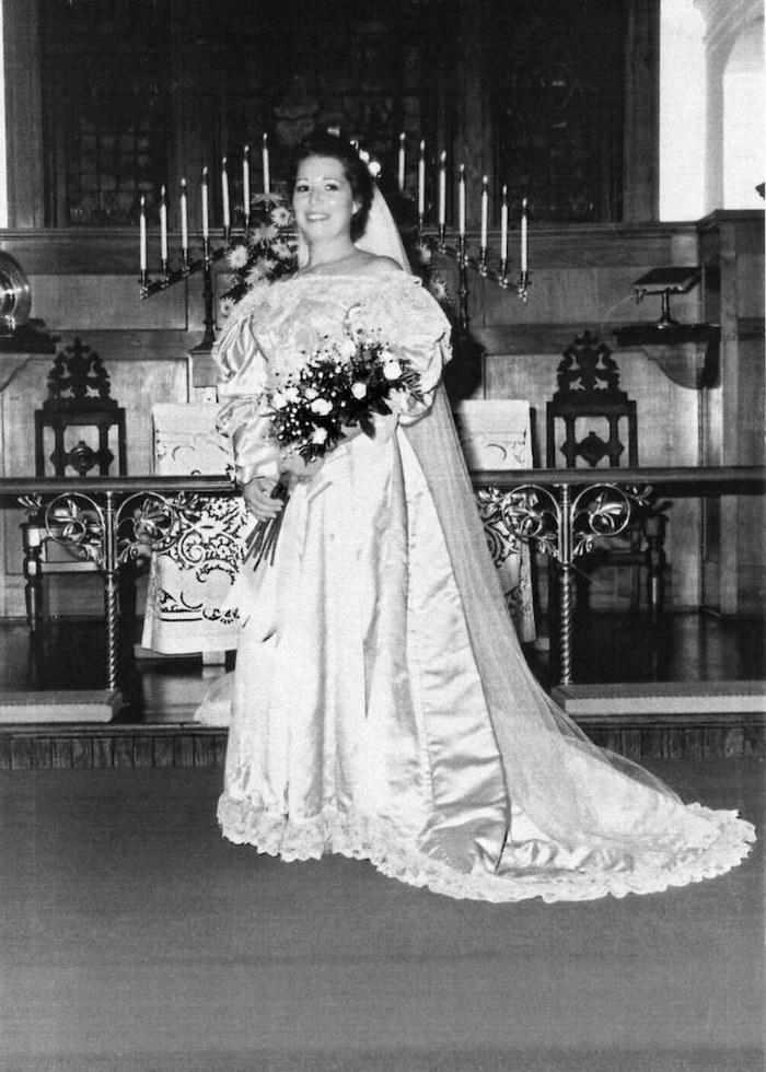 Невеста и ее 120-летнее свадебное платье