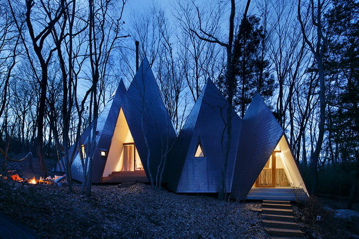 Дом в виде нескольких иглу, расположенный в лесу