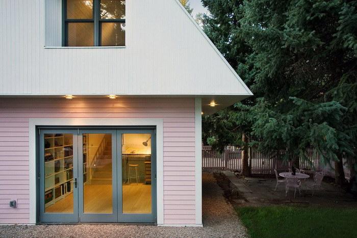 Двухэтажный домик для маленькой дачи