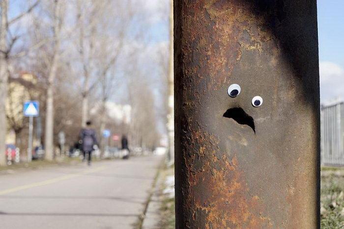 Болгарский художник приделывает глаза к разрушенным элементам города