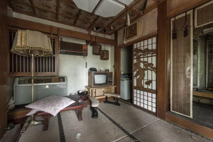 Заброшенный отель для взрослых в Японии в фотографиях Bob Thissen